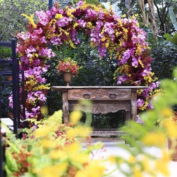 Altar com arco de flores coloridas