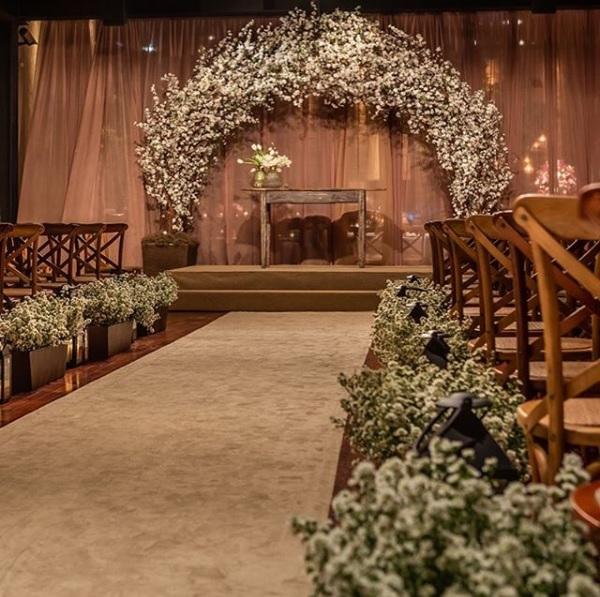 Altar com arco de flores