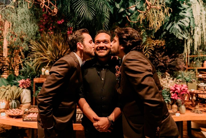 Noivos Diego e Rafael e o cerimonialista - Cheers
