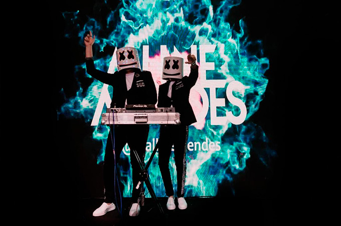 Noivos tocando com a máscara do DJ Marshmello