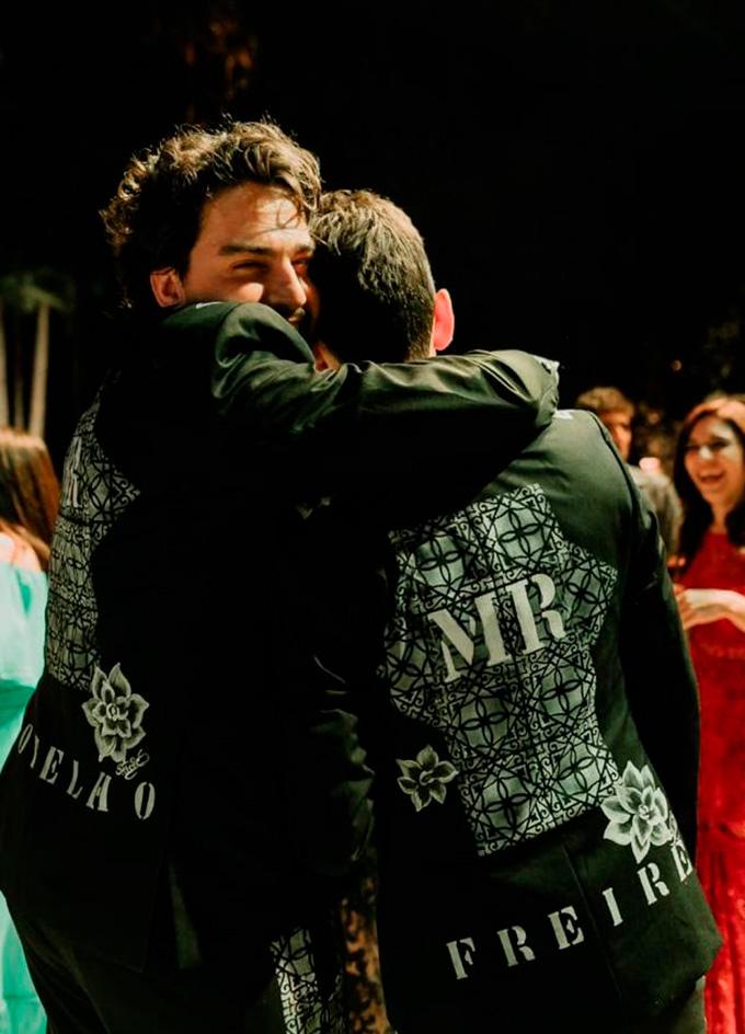 Noivos Diego e Rafael celebrando casamento - Cheers