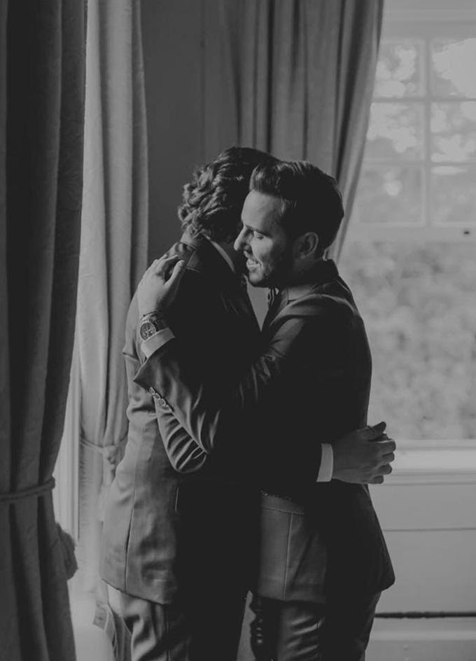 Noivos se abraçando antes do casamento - Cheers
