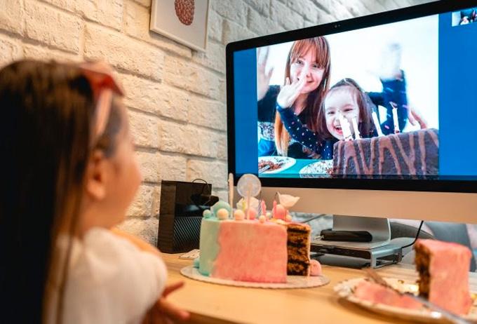 Festa de aniversário em casa com videochamada Cheers