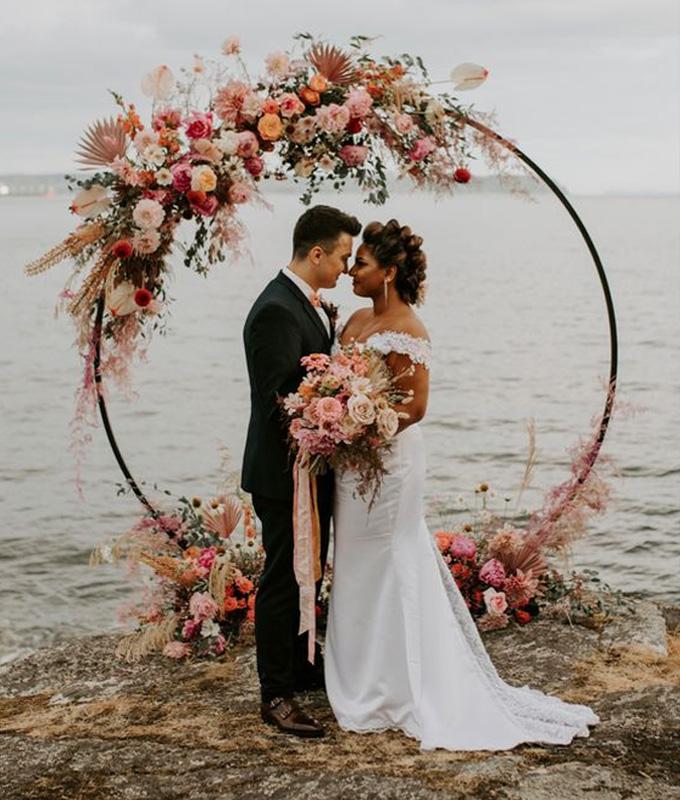 Tendências de casamento para 2021: arco de flores no altar - Cheers