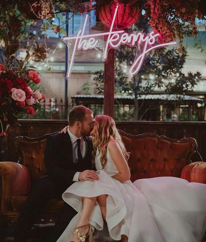 Tendências de casamento para 2021: Toques de luz e neon - Cheers