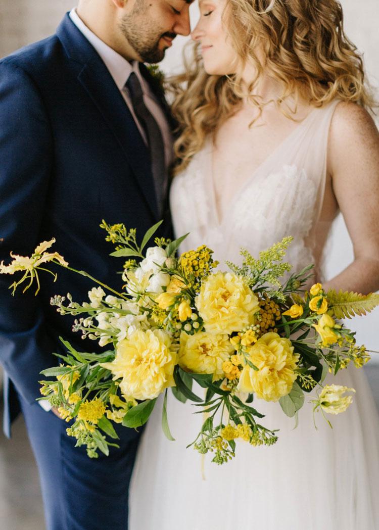 arranjo de flores amarelo paleta de cores para casamento em 2021 cheers